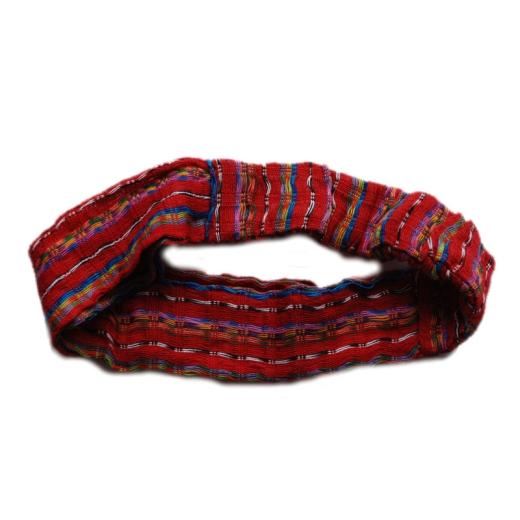Čelenka červené barvy je velmi příjemná pro nošení. Gumičková část zajišťuje pevné uchycení k hlavě.