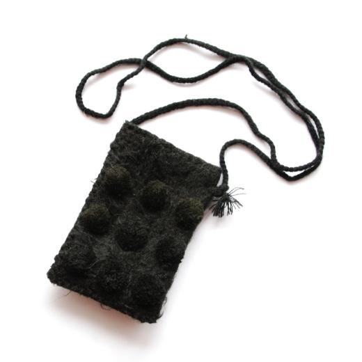 Malá taška na rameno z černé vlny s devíti černými polokoulemi je originálním dárkem ze San Juan Chamuly v Chiapasu.