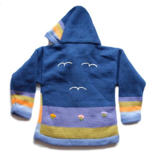 Modrý dětský svetr s kapucou na zip s dlouhými rukávy. Svetr má výšivky se zvířátky na přední i zadní straně. Je určený pro děti ve věku 3-5 let, kolem 100 cm vysokých.