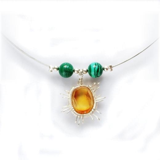 Náhrdelník tvoří tenký pružný drátek se dvěma zelenými korálky a 15mm vysokým valounem ze žlutého jantaru.