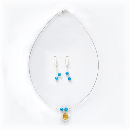 Sada šperků představuje náhrdelník z tenkého pružného drátku s přívěskem ze žlutého jantaru a náušnice.
