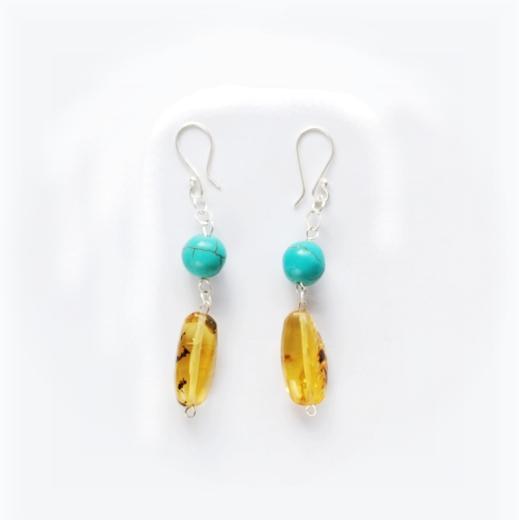 Sada šperků se skládá z náušnic, náhrdelníku a náramku. Korálky jsou velké valouny ze žlutého jantaru a kulaté z turqesa.
