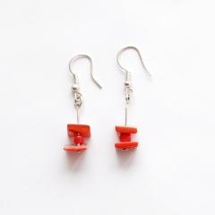 Náušnice z červeného kamene | Drobné náušnice se skládají ze dvou čtyřhranných červených vulkanických polodrahokamů, pochází z Hidalga ve středním Mexiku.